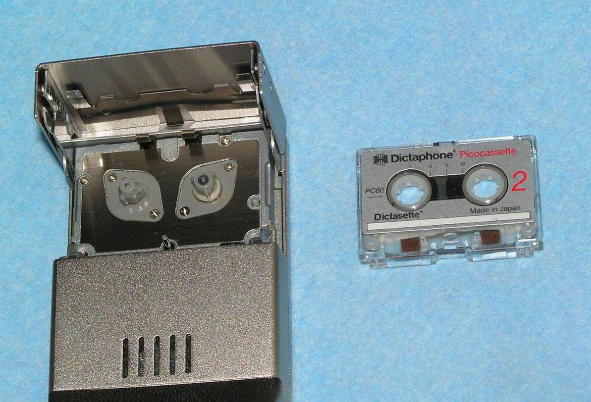 Диктофон в котором используется picocassette очень качественно собран из металла