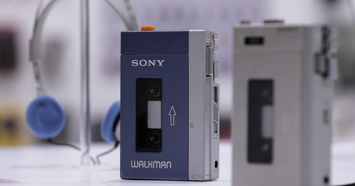 В 1979 году персональный кассетный плеер Walkman без лишнего шума дебютировал в Японии. Но в течение полутора лет Sony произвела и продала два миллиона этих устройств.