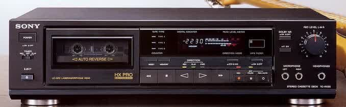 Типичная потребительская hi-fi кассетная дека с фронтальной загрузкой кассет и функцией автореверса конца 1980-х годов (Sony TC-RX55), оснащенная полным электронным транспортом, шумоподавлением Dolby B и C и динамическим расширением пространства HXPro.