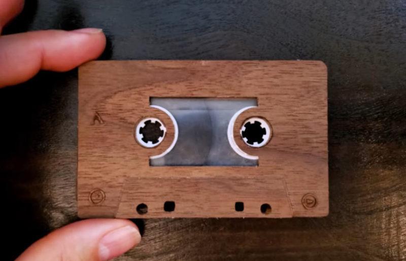 Деревянная аудиокассета в поисках хорошего кассетного плеера