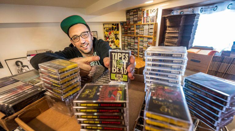 """Чарли Каплан, он же """"Чарли Тейпс"""", является главой Tapehead City, крупного розничного магазина кассет на Лонг-Айленде. Кассеты возвращаются, и Каплан находится в авангарде этой тенденции."""