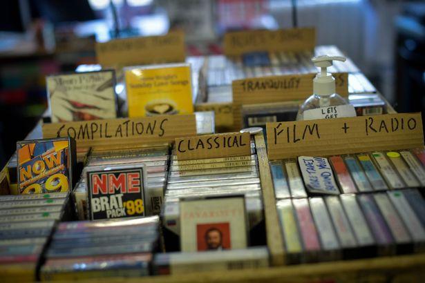 В магазине в наличии около 1 000 кассет