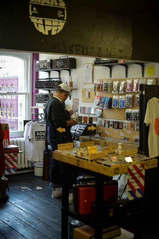 Покупатель просматривает магазин - на третьем этаже Affleck's