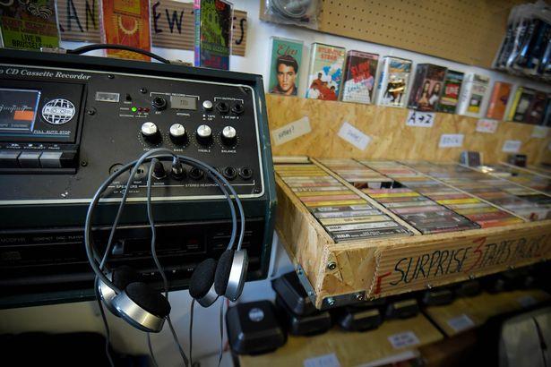 Кассетный проигрыватель Coomber (Британский производетель аудиотехники), где покупатели могут проигрывать пробные кассеты