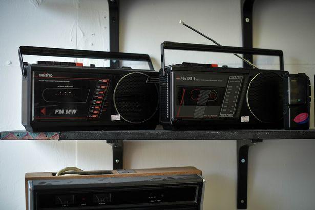 В магазине также продаются магнитолы и кассетные плееры