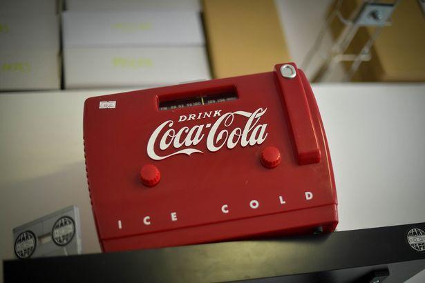Отремонтированный магнитофон, посвященный кока-коле, выставлен в магазине