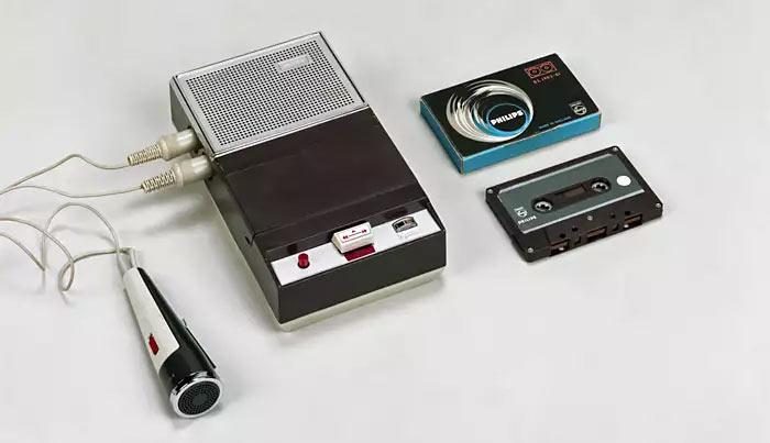 """Первый кассетный магнитофон, представленный на выставке. Тем, кто знаком с советским бытом, это устройство напомнит магнитофон """"Легенда 401"""". Но на фото устройство Phillips, которое СССР просто украл."""